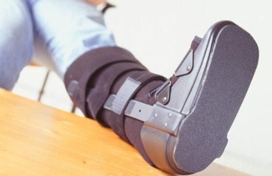 нога-в-ортопедическом-сапоге