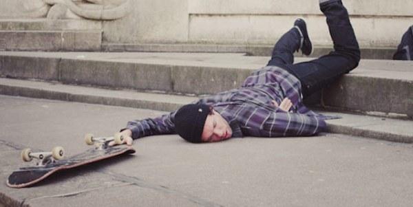 парень-упал-со-скейтборда